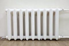 正面图白色铁幅射器中央系统暖气在屋子里 免版税库存图片