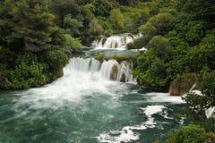 从正面图的美丽的小瀑布瀑布 免版税库存图片