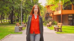 正面图红发女实业家享受步行户外 股票录像