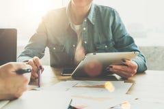 正面图 企业生意人cmputer服务台膝上型计算机会议微笑的联系与使用妇女 片剂计算机特写镜头在女性手上 显示在图的女实业家笔在桌上 免版税库存图片