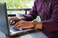 正面图 键入的商人装备绯红色衬衣使用手  免版税库存照片