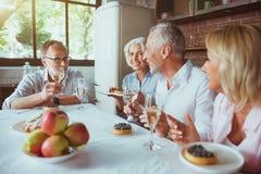 正面在家一起变老了有的朋友宜人的膳食 免版税库存图片