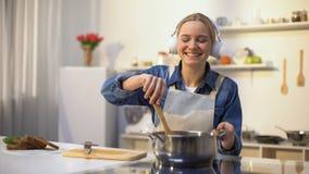 正面女孩听的音乐和烹调菜,健康低热值吃 股票录像
