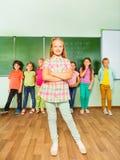正面女孩站立有数字的近的黑板 免版税库存图片