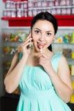 正面女孩画象讲话由选择甜点为的机动性 免版税库存图片