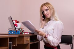 正面女性工作在圣诞节的办公室 免版税库存照片