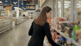 正面妇女女孩购买画象保存西红柿酱或香醋在杂货店 股票视频