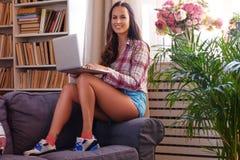 正面妇女拿着膝上型计算机 免版税库存图片