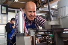 正面工作者与在机器的PVC一起使用在产业植物 库存图片