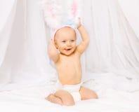 正面微笑的婴孩画象复活节兔子耳朵的 免版税库存图片