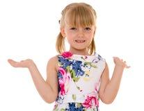 正面惊奇的小女孩挥动的手 免版税库存照片