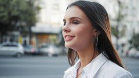 正面生活态度微笑的青少年女孩走 股票录像