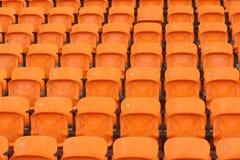 正面看台位子在一个空的体育场内 免版税库存图片
