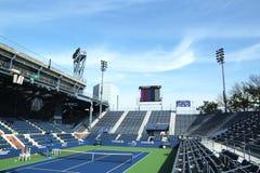 正面看台体育场在比利・简・金国家网球中心准备好美国公开赛比赛 库存照片