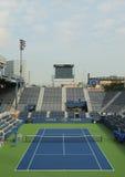 正面看台体育场在比利・简・金国家网球中心准备好美国公开赛比赛 免版税库存照片