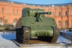 正面美国坦克M4A2 `谢尔曼的`一晴朗的1月天 免版税图库摄影