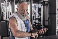 正面老男性在运动中心花费时间 免版税库存照片