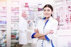 正面药剂师用等待顾客的横渡的手 库存图片