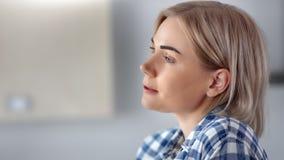 正面轻松的国内妇女饮用的咖啡的特写镜头面孔在家享受周末的 影视素材