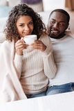 正面非裔美国人的夫妇吃晚餐在咖啡馆 免版税库存图片