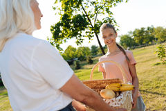 正面去小女孩和她的老婆婆有野餐 库存照片