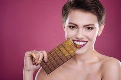 正面beautiufl妇女holdign巧克力块 库存图片