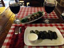 正餐在餐馆 在玻璃的红酒,dolma 免版税库存图片