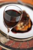 正餐集中的玻璃红色高视图酒 免版税库存照片