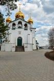 正统修道院看法有教会金黄圆顶的  免版税库存照片