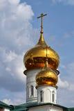 正统修道院看法有教会金黄圆顶的  免版税库存图片