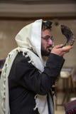 正统犹太人打击羊角号 免版税图库摄影
