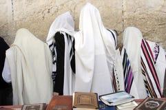 正统犹太人祈祷在西部墙壁在耶路撒冷Israe 免版税库存图片