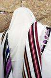 正统犹太人祈祷在西部墙壁在耶路撒冷Israe 免版税库存照片