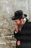 正统犹太人祈祷在西部墙壁 库存图片