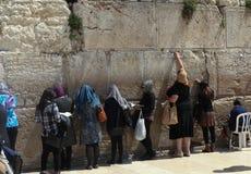 正统犹太妇女祈祷在西部墙壁 免版税库存图片