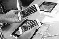 正IPhone和iPhone 6 免版税库存图片