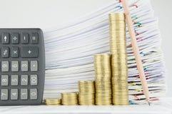 步与计算器和铅笔的金币安置垂直 免版税图库摄影