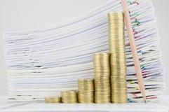 步与铅笔的金币在财务帐户安置垂直 图库摄影