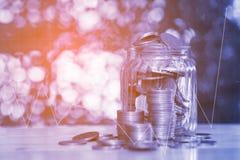 步两次曝光硬币堆和金币金钱在t 免版税库存照片