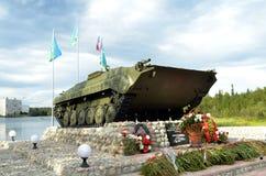 步兵作战车辆,卷扬在湖Komsomol -市民纪念碑岸的垫座-战斗员,局部战争和武装 免版税库存图片