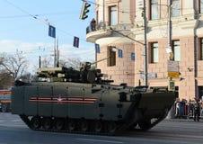 步兵在一个被跟踪的平台Kurganets-25的作战车辆对象695 免版税库存图片