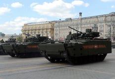 步兵在一个被跟踪的平台Kurganets-25的作战车辆对象695 库存照片