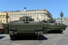 步兵在一个被跟踪的平台Kurganets-25的作战车辆对象695 免版税库存照片