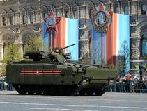 步兵在媒介的作战车辆BMP在莫斯科跟踪了平台游行排练的` kurganets-25 ` 免版税图库摄影