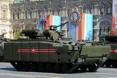 步兵在媒介的作战车辆BMP在莫斯科跟踪了平台游行排练的` kurganets-25 ` 图库摄影