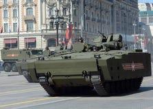 步兵在媒介的作战车辆BMP在莫斯科跟踪了游行排练的平台kurganets-25 库存图片