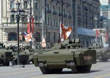 步兵在媒介的作战车辆BMP在莫斯科跟踪了游行排练的平台kurganets-25 免版税库存图片