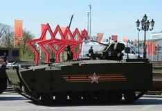 步兵在媒介的作战车辆BMP在莫斯科跟踪了游行排练的平台kurganets-25 库存照片