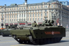 步兵在媒介的作战车辆BMP跟踪了平台kurganets-25 免版税库存图片