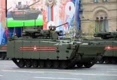 步兵根据被跟踪的平台` kurganets-25 `的作战车辆在游行期间以纪念V的第72周年 免版税库存图片